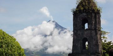 Mayon_Volcano_and_Cagsawa_Church_Ruins